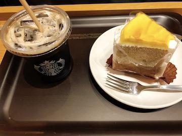 スイートポテトのシフォンケーキとコールドブリューコーヒー