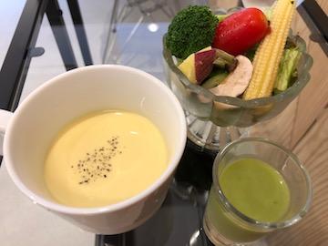 モーニングセットのスープ、サラダ、ミニグリーンスムージー
