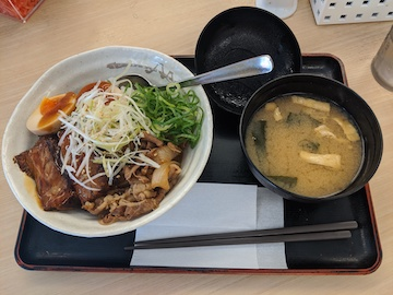 牛と味玉の豚角煮丼(2)