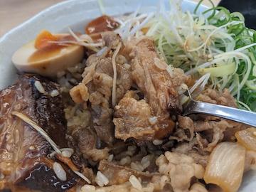 牛と味玉の豚角煮丼(4)