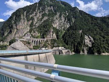 黒部湖駅のトンネルを抜けた先の風景
