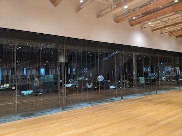展示室と透ける収蔵庫