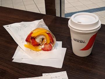 黄桃といちごのホイップクレープとホットコーヒー