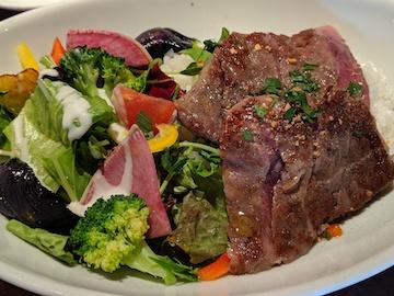 牛サーロインと季節の野菜のステーキボウル(2)