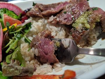 牛サーロインと季節の野菜のステーキボウル(3)