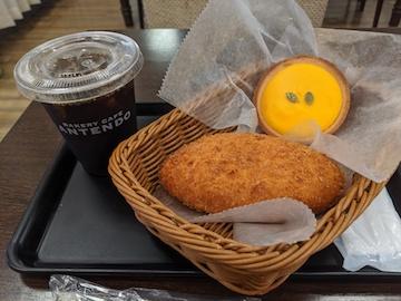 カレーパンとかぼちゃのタルト、アイスコーヒー
