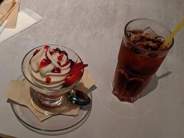 ベリーベリーのヴィーガンソフトクリームと紅茶(アイス)