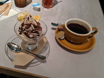 ショコラアーモンドのヴィーガンソフトクリームとコーヒー(ホット)